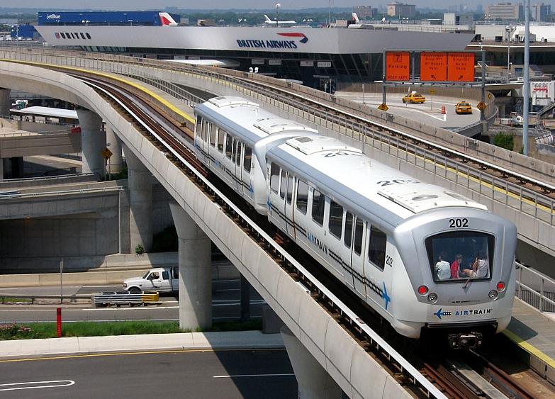 Una foto dell'Airtrain con lo sfondo del terminal 4